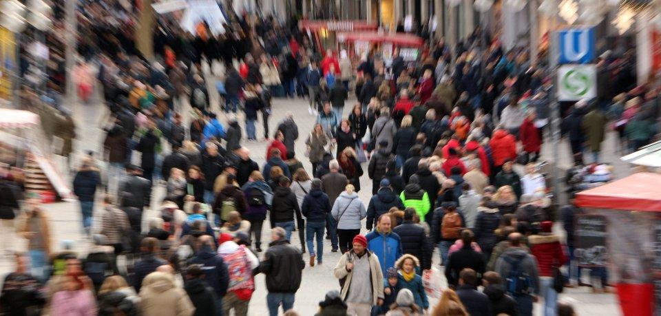 Eine Menschenmenge in einer Innenstadt. (Symbolbild)