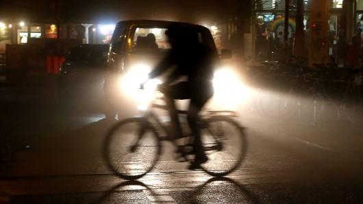 Ein Radfahrer wird bei einem Unfall in Wolfenbüttel leicht verletzt, jetzt werden Zeugen gesucht (Symbolbild).