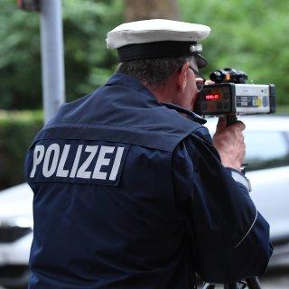 Ein Polizeibeamter bei der Geschwindigkeitsmessung (Symbolbild).