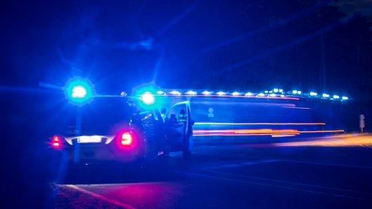 In Wolfsburg ist ein junger Autofahrer gegen einen Baum gekracht. Er blieb unverletzt. Seine Aussagen jedoch lassen die Polizei zweifeln. (Symbolbild)