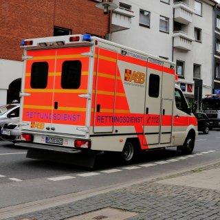 Ein Rettungswagen ist in Hildesheim im Einsatz (Archivbild).
