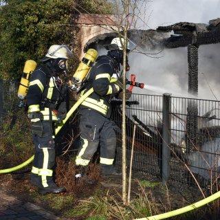 Die Einsatzkräfte konnten verhindern, dass die Flammen auf einen nebenan stehendes Auto übergriffen.