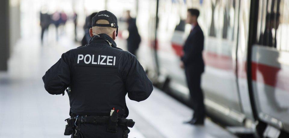 Ein Polizist ist am Bahnhof in Erfurt unterwegs.