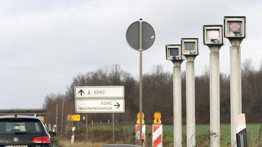 Kameras stehen am Ende der Section Control Radarstrecke an der Bundesstraße 6 in der Region südlich von Hannover.