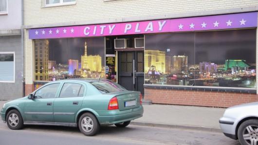 Die Polizei Salzgitter fahndet nach einem Mann, der mit einem Messer versucht hat, diese Spielhalle zu überfallen.