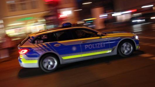 Ein 21-jähriger Autofahrer hat sich eine Verfolgungsjagd mit der Polizei geliefert - und dabei viel riskiert. Am Ende wurde er festgenommen. (Symbolbild)