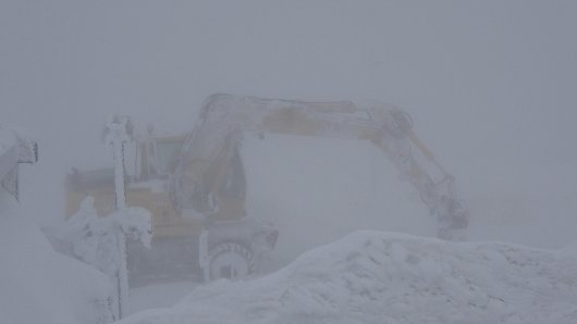 Schneesturm im Harz: Einsatzkräfte versuchen die Strecke der Schmalspurbahnen zum Brockenbahnhof freizuhalten.