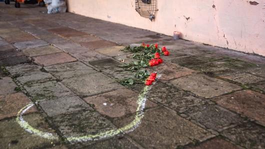 Am Montagmorgen liegen rote Rosen am Tatort. Gleichzeitig melden die Ermittler eine Festnahme.