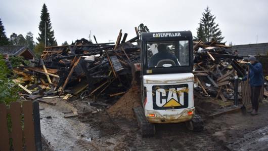Das Haus am Bernsteinsee brannte komplett ab. Der Schaden ist immens. Immerhin: Die Bewohnerin konnte sich dank ihres Nachbarns aus dem Haus retten.