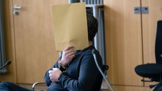 Der des Mordes Angeklagte sitzt im Saal des Landgerichts in Braunschweig auf seinem Stuhl. Ende Mai 2018 soll der damals 38-Jährige seine Ex-Freundin vor den Augen der gemeinsamen vier Kinder erschossen haben, nachdem diese das Sorgerecht für die Kinder bekommen hatte.