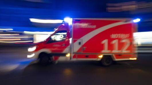 Die Frau wurde von einem Rettungswagen ins Krankenhaus gebracht. (Symbolbild)