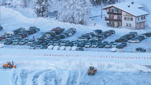 Zu dem Unglück kam es auf einem Parkplatz eines Skigebiets in Österreich. (Symbolbild)