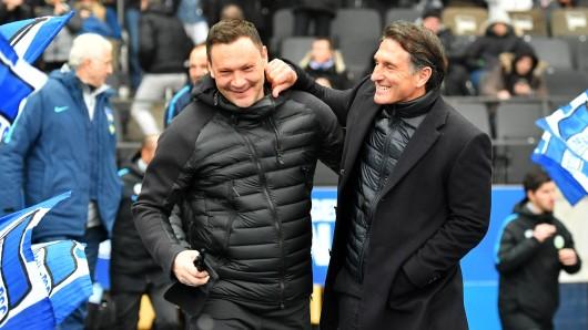 VfL-Coach Bruno Labbadia (rechts) mit seinem Berliner Amtskollegen Pal Dardai.