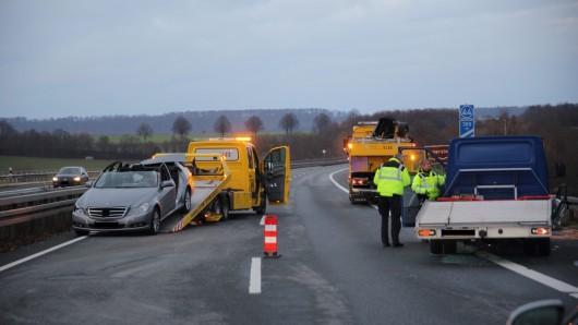 Schwerer Unfall am Sonntagabend auf der A39: Vier Personen verletzten sich schwer.