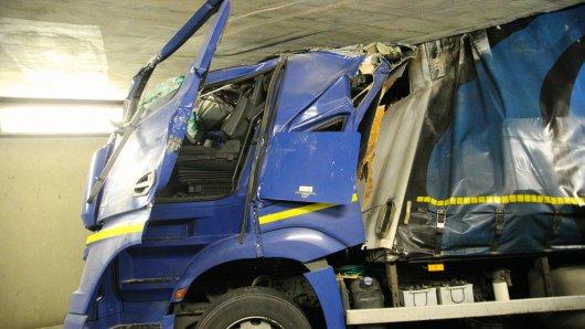 Die Fahrerkabine wurde derart zerdrückt, dass der Mann hinterm Steuer eingeklemmt wurde. (Fotos: Rudolf Karliczek)