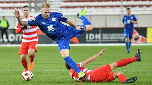 Philipp Hofmann (Eintracht Braunschweig) oben und Toni Wachsmuth (FSV Zwickau) im Duell.