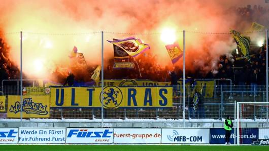 Eintracht Braunschweig-Anhänger sorgen für eine Spielunterbrechung...