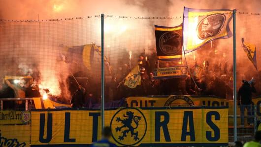 Eintracht Braunschweig-Anhänger zünden Pyrotechnik in Zwickau.