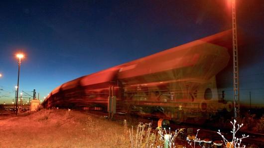 Der Mann wollte nicht von einem Auto, sondern von einem Zug mitgenommen werden. (Symbolbild)
