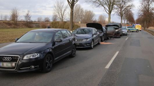 Neun Fahrzeuge waren an dem Unfall in Salzgitter beteiligt - zwei Fahrer flüchteten.
