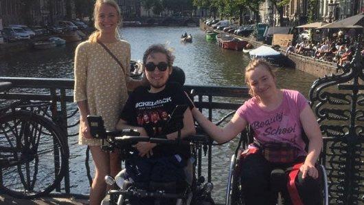 Von links: Vivian, Nico und Saskia genießen die gemeinsame Zeit im sonnigen Amsterdam.