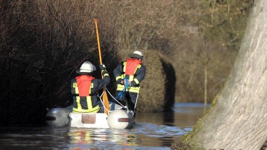Ein Reh soll am Dienstag im Mittellandkanal stecken geblieben sein. Mehrere Einsatzkräfte suchten am Land und auf dem Gewässer nach dem Tier. (Symbolbild)