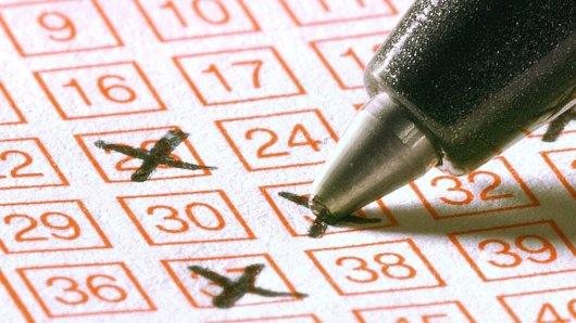 Lotto-Gewinner aus Jamaika wollte bei der Übergabe des Checks anonym bleiben und trug eine Scream-Maske dabei. (Symbolbild)