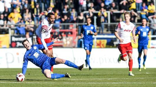 Bei diesem Zweikampf gegen Kölns Bone Uaferro verletzte sich Yari Otto.