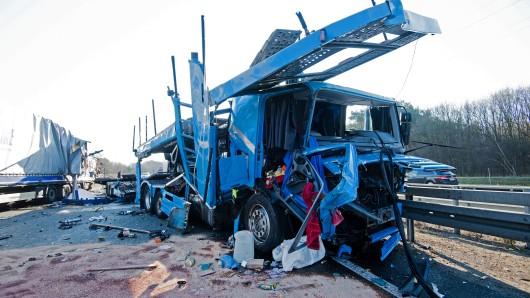 Beschädigte Laster stehen nach einem Unfall auf der Autobahn A2 vor dem Kreuz Buchholz. Am Morgen sind drei Lkw und ein Kleintransporter auf der A2 kollidiert.