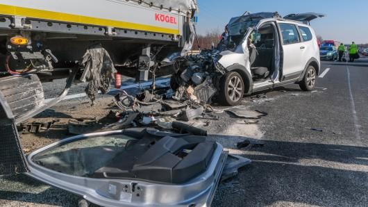 Ein zerstörter Pkw steht nach einem Unfall auf der A2 zwischen Hämelerwald und Lehrte Ost Richtung Hannover. Der Wagen war nahezu ungebremst auf einen Lkw aufgefahren. Der Fahrer starb noch an der Unfallstelle.