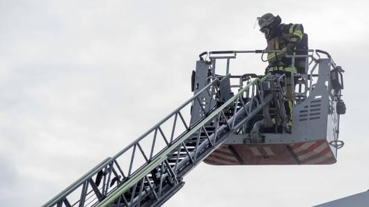 Mit einer Drehleiter stiegen die Rettungskräfte auf das Dach des Einkaufmarktes. (Symbolbild)