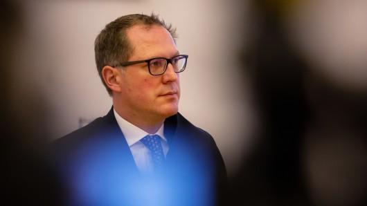 Rechtsanwalt Hans-Patrick Schroeder (Anwalt von VW) steht in einem Gerichtssaal im Amtsgericht.