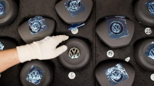 Airbags mit VW-Logo liegen an einer Fertigungsstrecke vom VW Golf 7 im Volkswagen Werk (Archivbild).