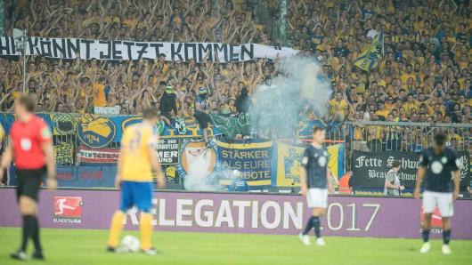 Beim Relegationsrückspiel gegen den VfL Wolfsburg war es zu hässlichen Szenen gekommen - unter anderem flogen Böller.