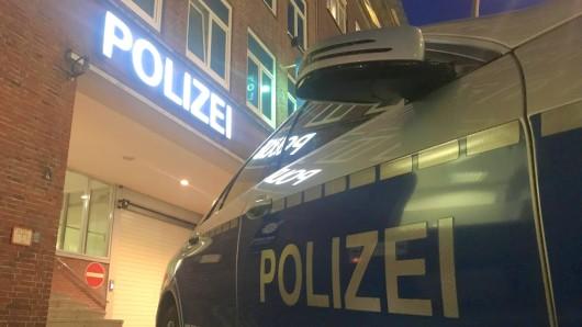 Ein Mann wurde in Wolfsburg von zwei brutalen Schlägern verfolgt und verprügelt. (Symbolbild)