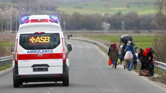Die humanitäre Organisation ist auch in der Flüchtlingshilfe aktiv, zum Beispiel betreut der ASB Schutzsuchende in Unterkünften oder hilft - wie hier in Idomeni - vor Ort (Archivbild).
