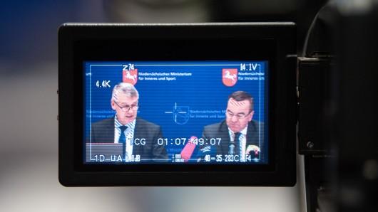 Axel Brockmann (links), Direktor der Polizei im Innenministerium von Niedersachsen, spricht bei einer Pressekonferenz über die polizeiliche Kriminalstatistik 2018 in Niedersachsen. Neben ihm sitzt Boris Pistorius (SPD), Innenminister von Niedersachsen.