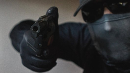 In Wolfenbüttel ist ein Geschäft überfallen worden. Der Täter hatte eine Waffe. (Symbolbild)