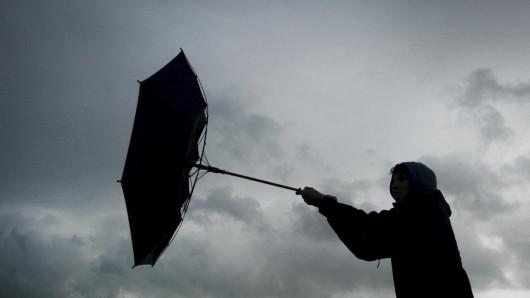 Der Deutsche Wetterdienst sagt schwere Sturmböen und Gewitter für NRW voraus.