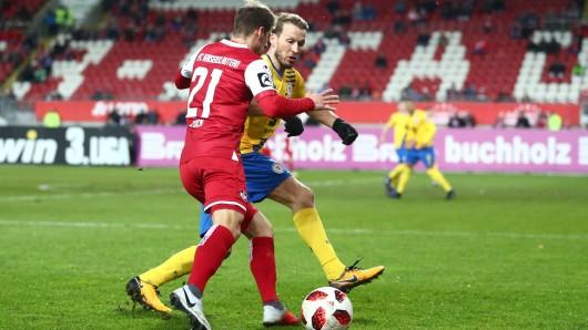 Marc Pfitzner von Eintracht Braunschweig im Duell mit dem Ex-Löwen Hendrick Zuck.