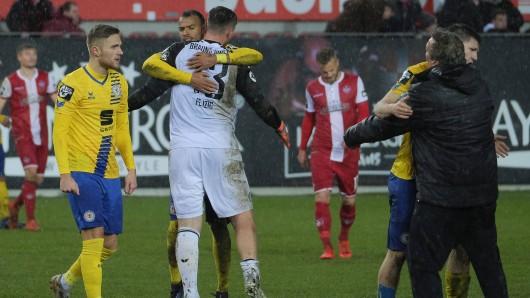 Eintracht Braunschweig feiert den Punkt in Kaiserslautern wie einen Sieg.