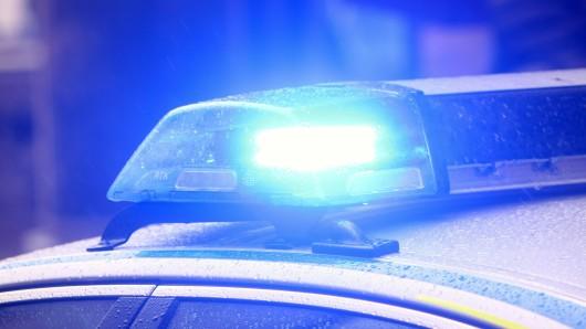 Im Landkreis Gifhorn ist ein Mann bei einem Autounfall gestorben. (Symbolbild)