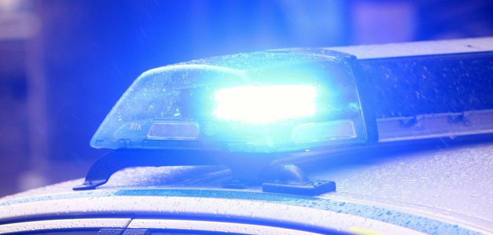 Bei Gifhorn hat sich ein Auto bei einem Unfall überschlagen. Vier Personen wurden verletzt. (Symbolbild)