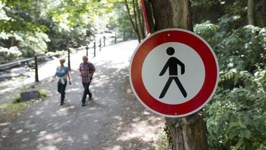 Manche Wanderer ignorieren die Warnschilder im Harz (Symbolbild).