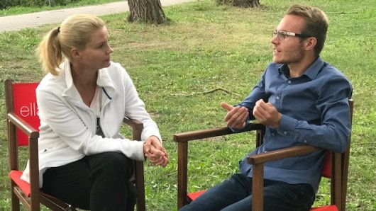 Tom Zinram erzählt Annette Frier von seinem Leben mit dem Asperger-Syndrom.