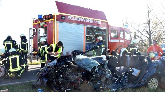 Die Frau musste bei Schwülper von der Feuerwehr aus dem Wrack ihres Autos befreit werden.