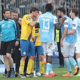 Benjamin Kessel von Eintracht Braunschweig ist sichtlich aufgebracht.