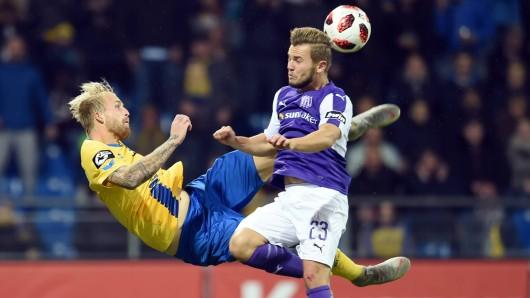 Ein Bild aus dem Hinspiel: Philipp Hofmann von Eintracht Braunschweig im Duell mit VfL-Spieler David Biacha.