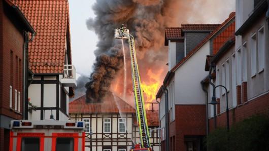 Nach dem verheerenden Feuer am Klesmerplatz in Salzgitter-Bad laufen die Ermittlungen auf Hochtouren.
