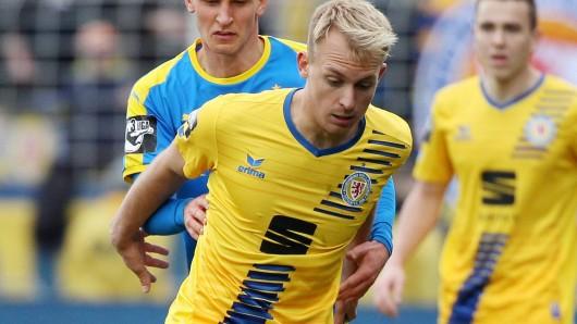 Julius Düker ist wieder zurück in seiner Heimat und kickt für Eintracht Braunschweig.